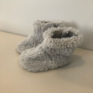 Toddler Girl's Gray Fuzzy Slippers In Size 8